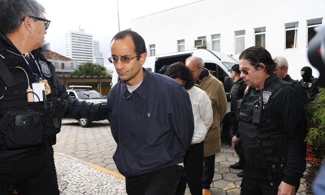 Preso, Marcelo Odebrecht é conduzido para exame de corpo de delito no IML de Curitiba em junho de 2015