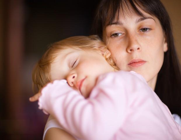 Bebê doente no colo da mãe (Foto: Shutterstock)