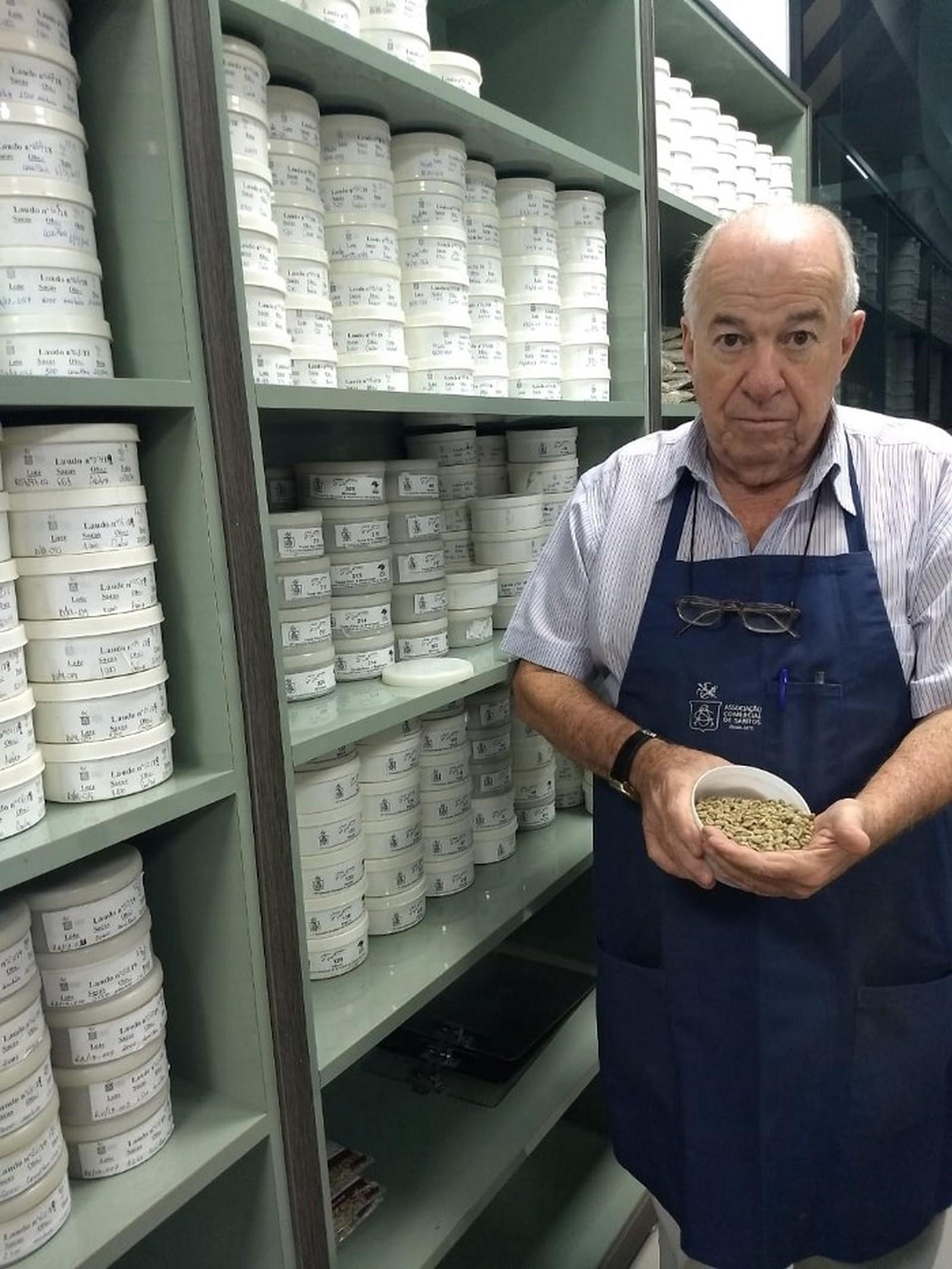Aos 77 anos, classificador de café mantém profissão viva em SP