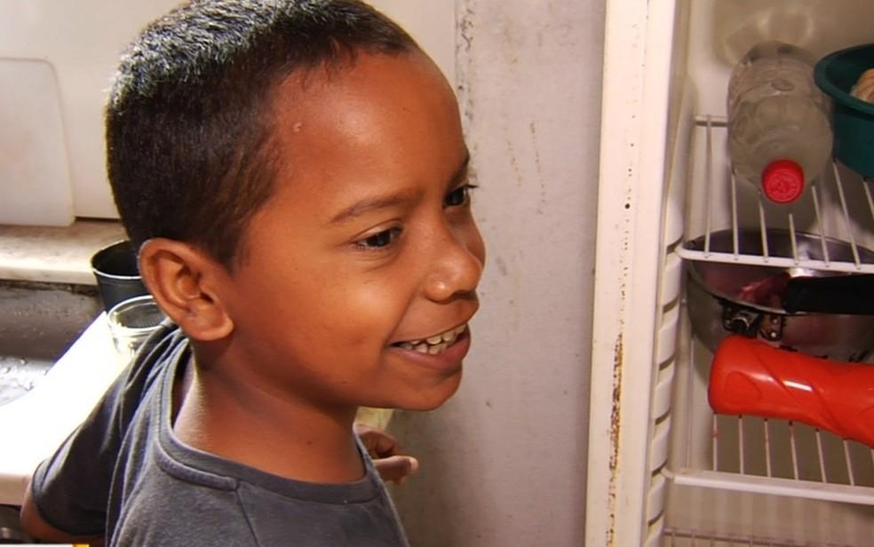 Mesmo com dificuldades, David não tira o sorriso do rosto  — Foto: TV Anhanguera/Reprodução