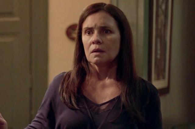 Adriana Esteves como Thelma em cena de 'Amor de mãe' (Foto: Reprodução)