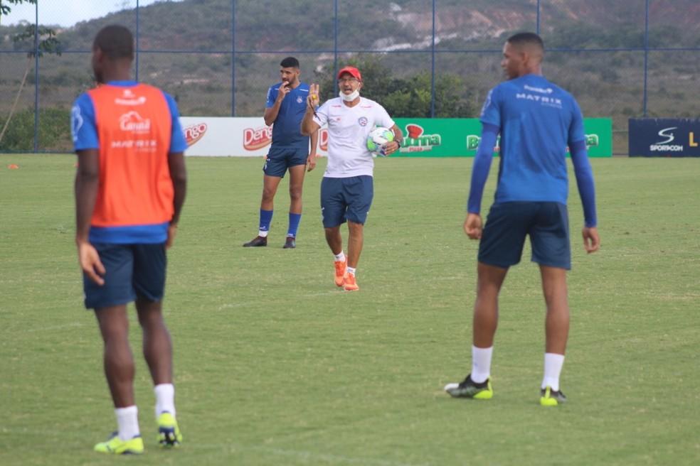 Cláudio Prates comandou o treino desta quinta-feira — Foto: Vitor Tamar/EC Bahia