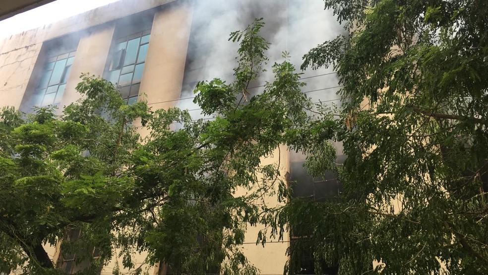 Incêndio em edifício no bairro da Boa Vista, na área central do Recife — Foto: Elvys Lopes/TV Globo