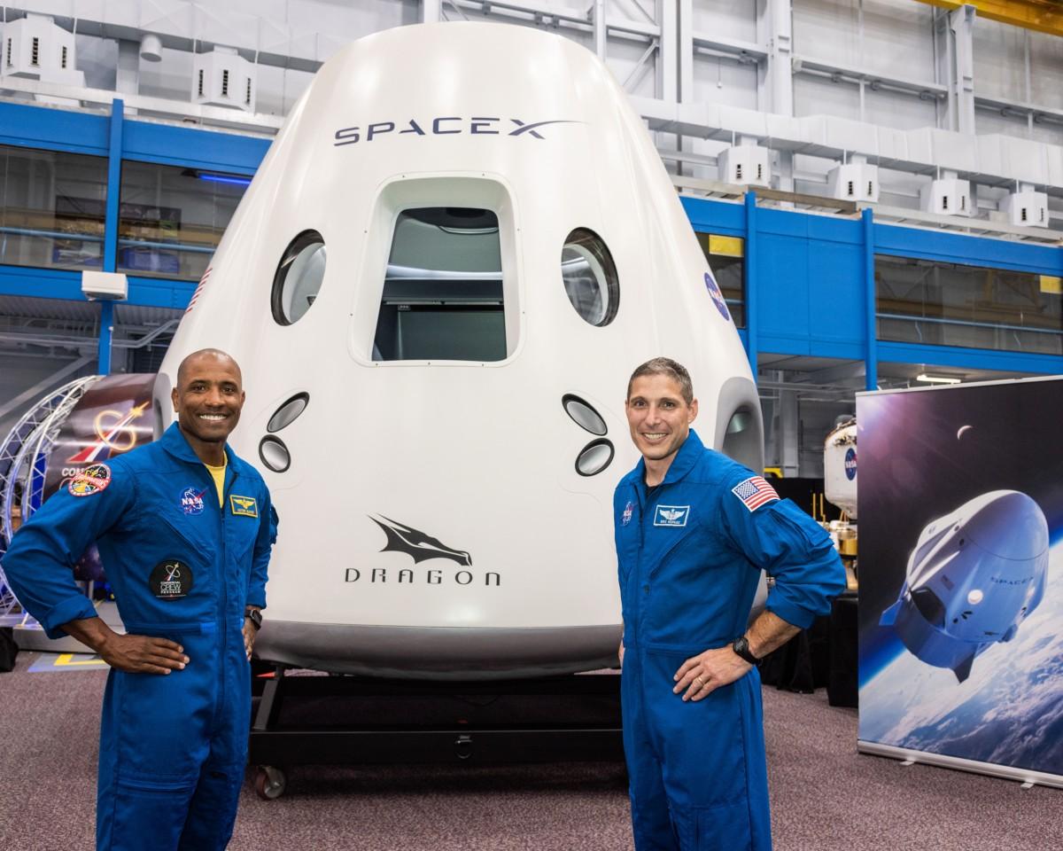 Victor Glover (esq.) e Mike Hopkins (dir.) (Foto: Divulgação/NASA)