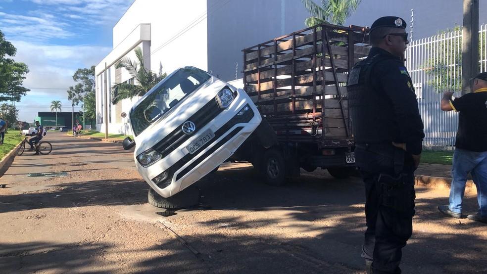 Caminhonete foi parar em cima de veículo boiadeiro em Vilhena — Foto: Maelly Nunes/Rede Amazônica