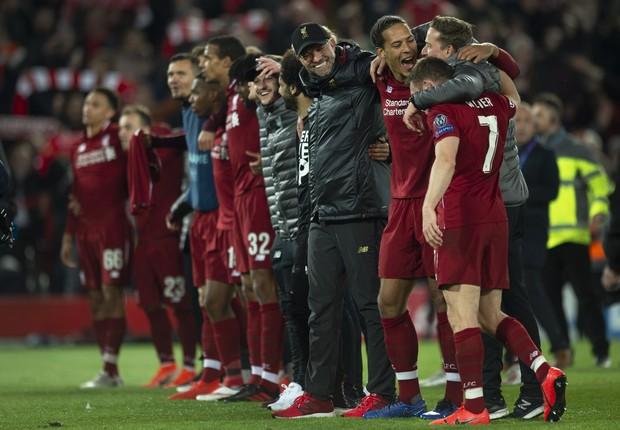 Jürgen Klopp e jogadores do Liverpool após virada histórica sobre o Barcelona (Foto: Visionhaus/Getty Images)