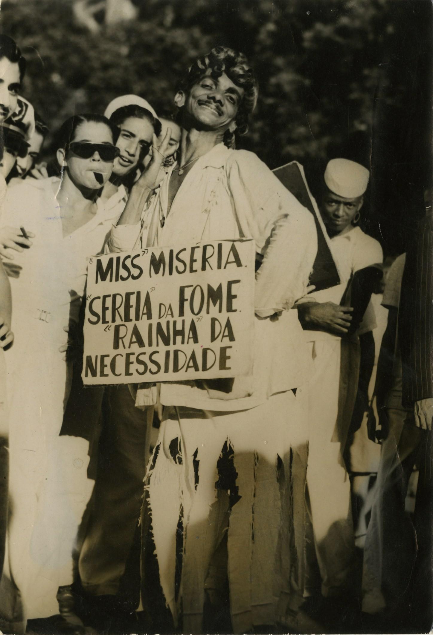 Fantasia satírica durante a folia de rua em 1949