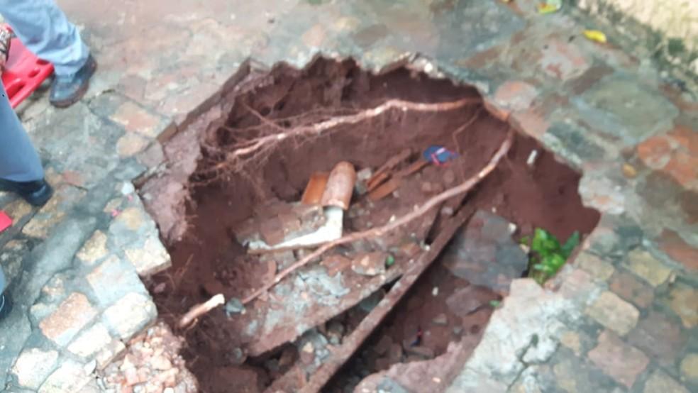Buraco tinha cerca de dois metros de profundidade (Foto: Corpo de Bombeiros/Divulgação)