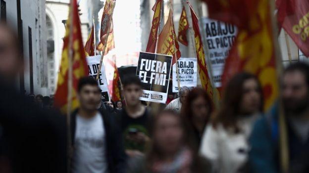 Muitos argentinos se opõem ao acordo com o FMI (Foto: EPA via BBC)