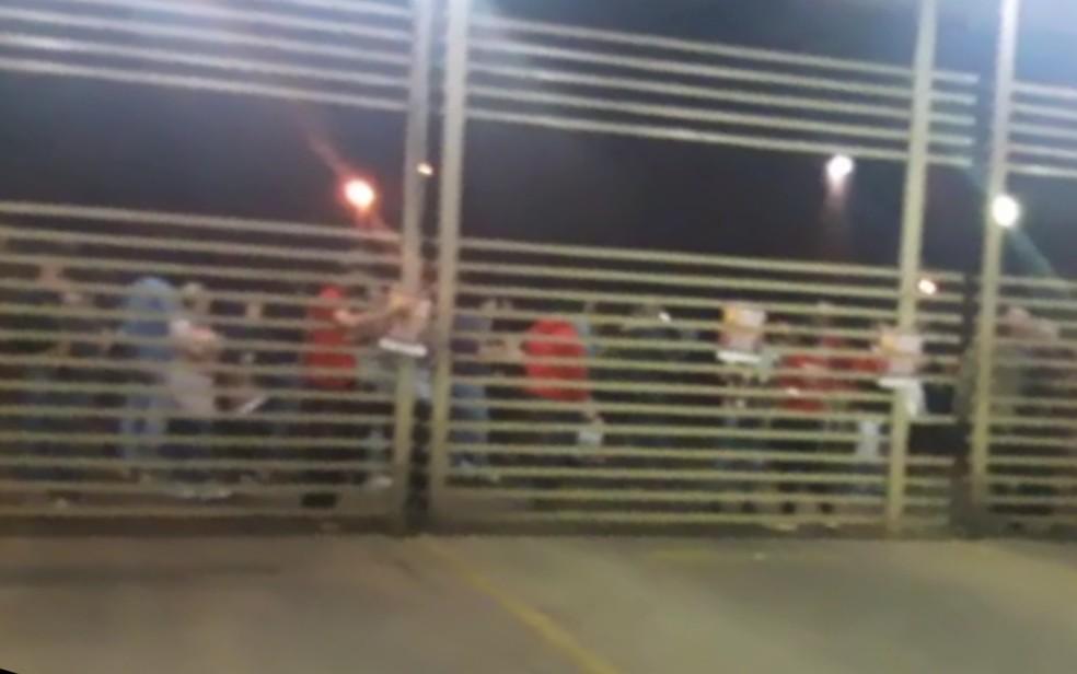 GOIÂNIA, 4h: Grupo de manifestantes protesta em frente garagem e atrasa saída de ônibus do Eixo Anhanguera Goiás — Foto: Reprodução/TV Anhanguera