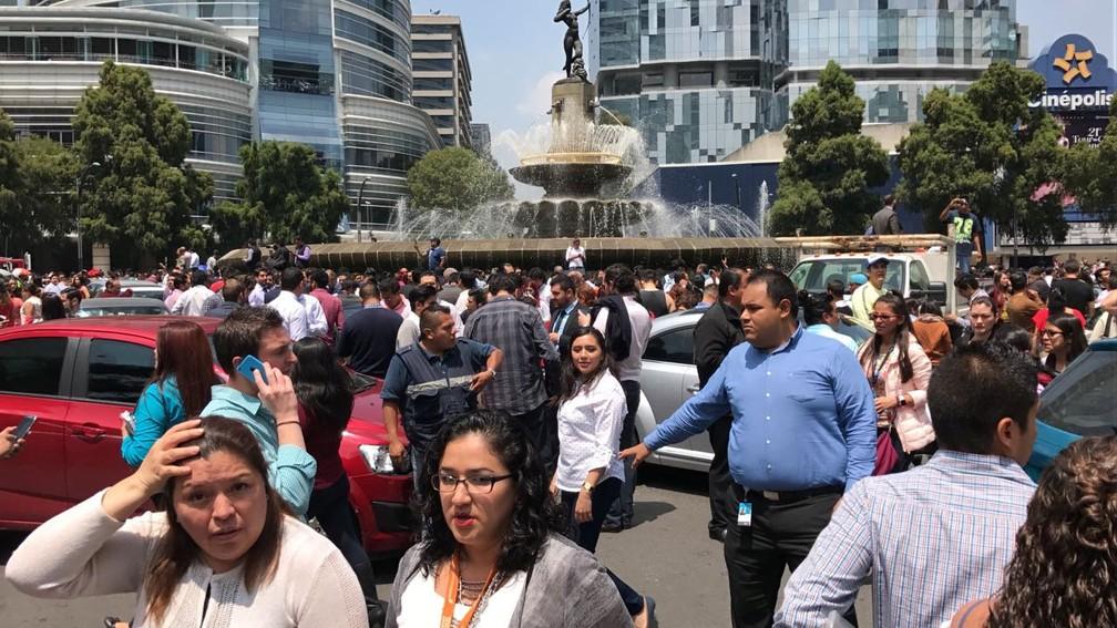 Pessoas lotam praça na Cidade do México após tremor atingir a região na tarde desta terça-feira (19) (Foto: Carlos Jasso/Reuters)