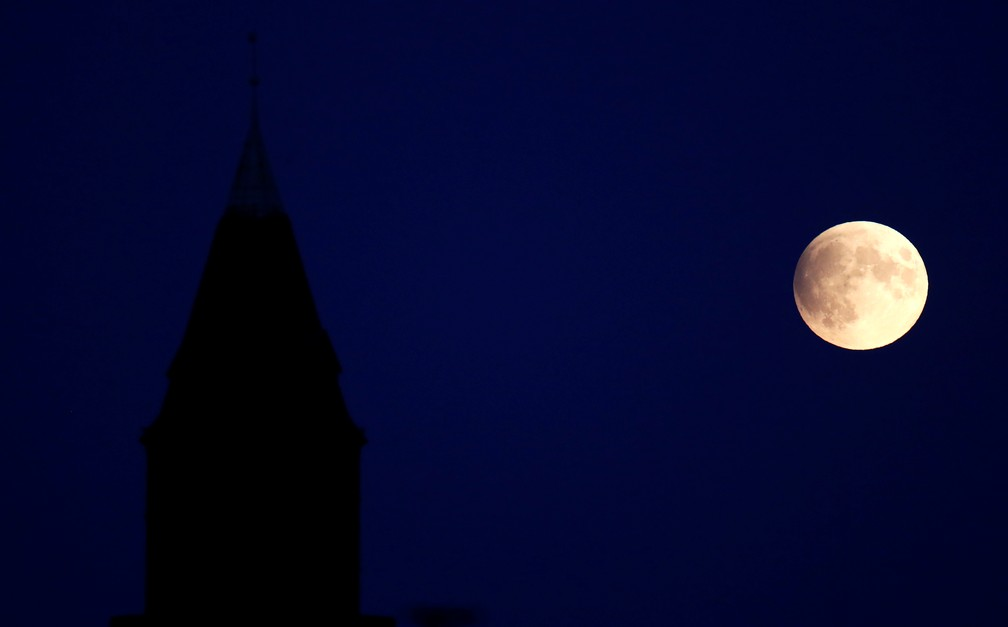 Eclipse registrado ao lado de torre no distrito de Steglitz, na capital alemã.  — Foto: Fabrizio Bensch/Reuters