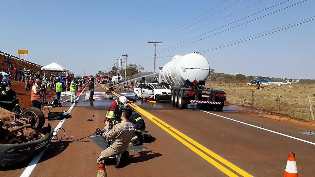 O exercício simulou um acidente envolvendo dois veículos de passeio e um caminhão tanque carregado com combustível — Foto: Corpo de Bombeiros/Divulgação