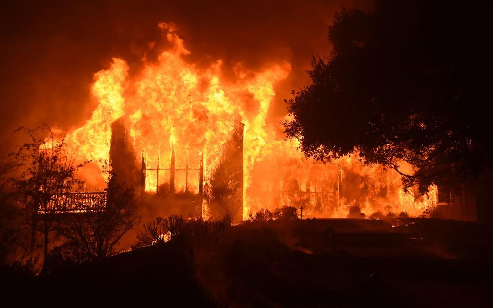 O prédio principal da Vinícola Paras é destruído por incêndio em Mount Vededer, na região de Napa, na Califórnia, na terça (10) (Foto: Josh Edelson/AFP)