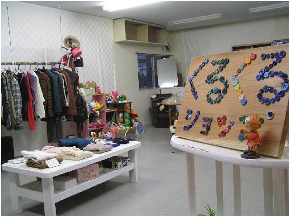 A loja Kuru-kuru, em Kamikatsu, permite que moradores levem produtos que não usam mais para serem retirados de graça por outras pessoas.  — Foto: Departamento de planejamento e proteção ambiental de Kamikatsu