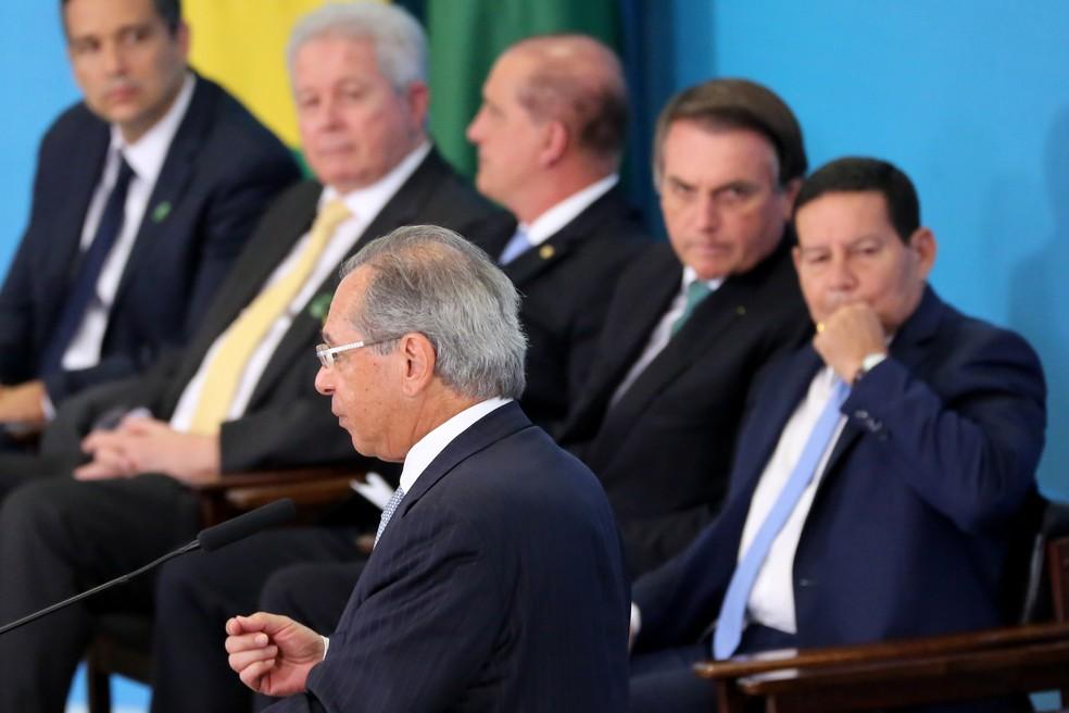 O ministro da economia, Paulo Guedes, durante cerimônia de lançamento do novo FGTS e liberação do PIS/PASEP no Palácio do Planalto em Brasília (DF), nesta quarta-feira (24). — Foto: FáTIMA MEIRA/FUTURA PRESS/ESTADÃO CONTEÚDO