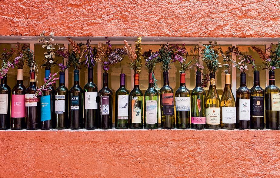 Apaixonado por gastronomia, Eduardo Martins coleciona garrafas de vinho. Com rótulo, elas viram vasos cheios de história