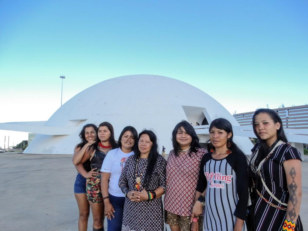 Mulheres indígenas de RO vistaram Museu Nacional, em Brasília, durante o 15ª Acampamento Terra Livre.  — Foto: Pedro Bentes/G1