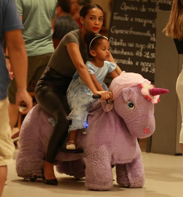 Taís Araújo brinca com a filha, Maria, em brinquedo de unicórnio (Foto: AgNews/Thiago Martins)