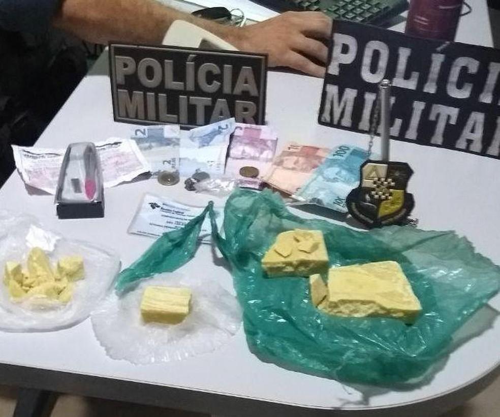 Entorpecente foi encontrado em mochilas carregadas por adolescentes (Foto: PM/Divulgação)