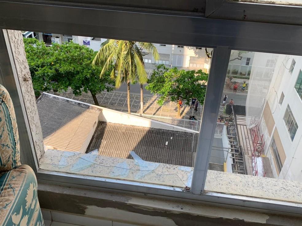Foto divulgada neste sábado (11) mostra janela quebrada por onde criança de 5 anos caiu em Guarujá (SP) — Foto: Reprodução/Plantão Guarujá