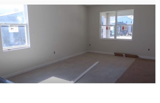 Local onde ficará sala de televisão e sala de jantar  (Foto: Reprodução/Youtube)