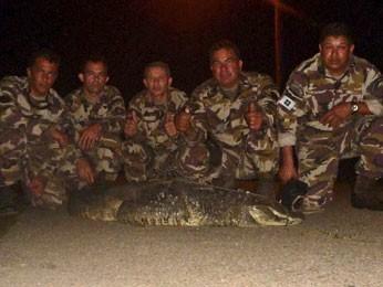 Equipe envolvida na captura do jacaré que estava na Estação de Tratamento de Esgoto de Samambaia, no DF (Fot Batalhão de Polícia Militar Ambiental/Divulgação)