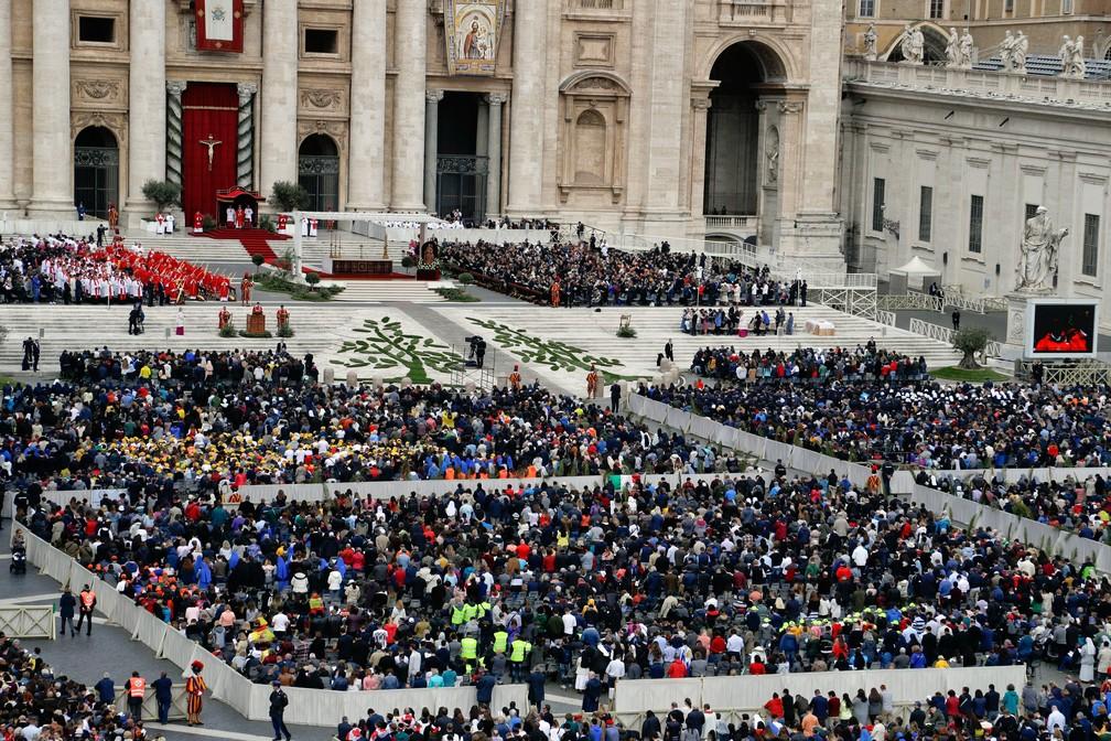 Papa Francisco celebra missa de Domingo de Ramos no Vaticano   — Foto: Gregorio Borgia/AP