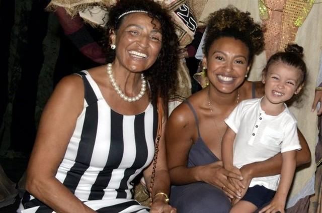Sheron Menezzes com a família (Foto: Cristina Granato)