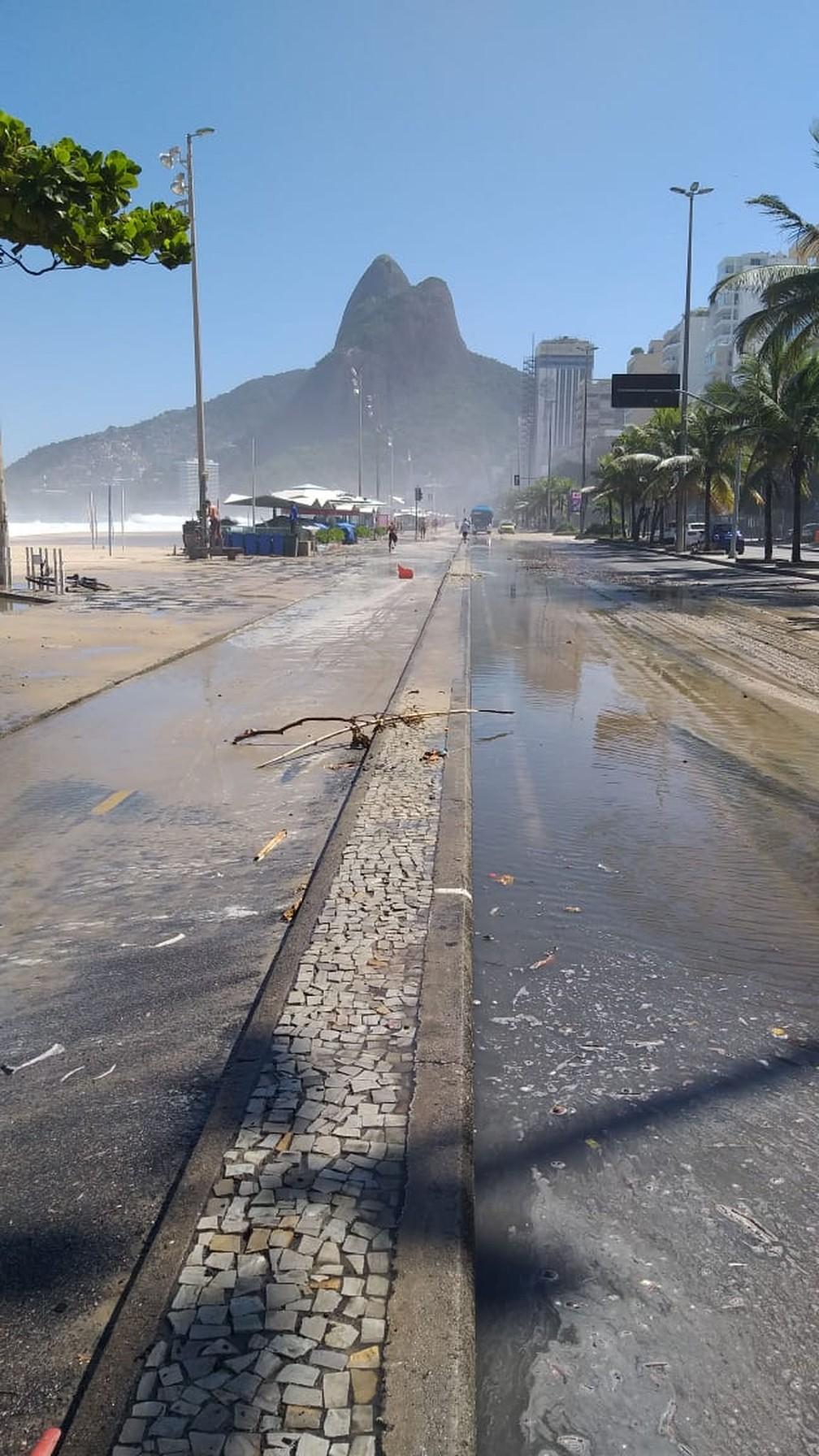 Mar invadiu o calçadão, a ciclovia e até a pista da Av. Delfim Moreira, no Leblon, durante a ressaca — Foto: Reprodução