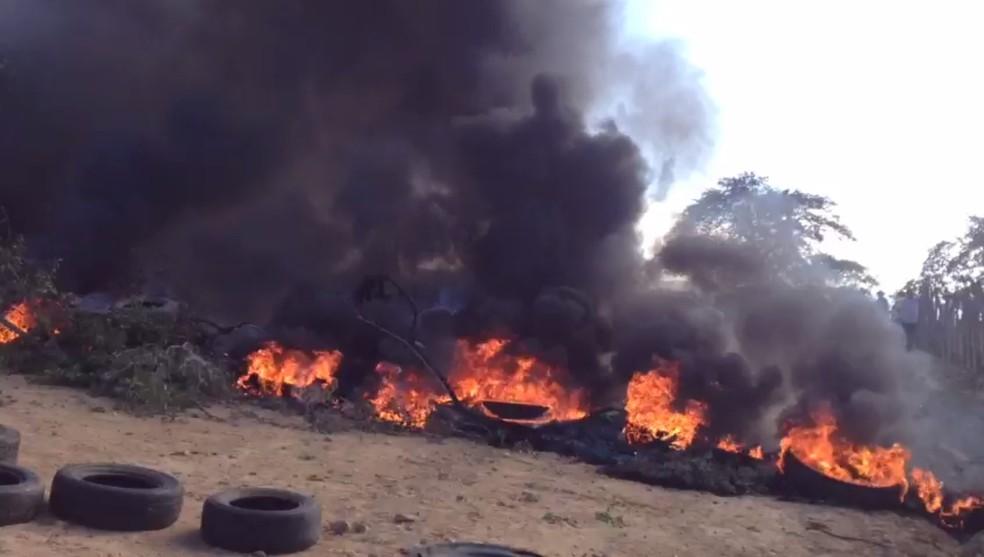 Manifestantes queimaram pneus para bloquear acesso à rodovia (Foto: Caren Diniz/TV Asa Branca)