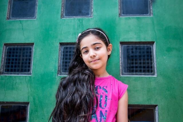 Rimas está no segundo ano de uma escola pública brasileira e vem aprendendo o português com a ajuda de outros amigos que falam árabe, como ela. Quando ela diz que é da Líbia, a maioria das pessoas entende Líbano e ela corrige com veemência. Ela sente falta dos avós e dos tios e sonha com uma visita deles por aqui (Foto: Divulgação)