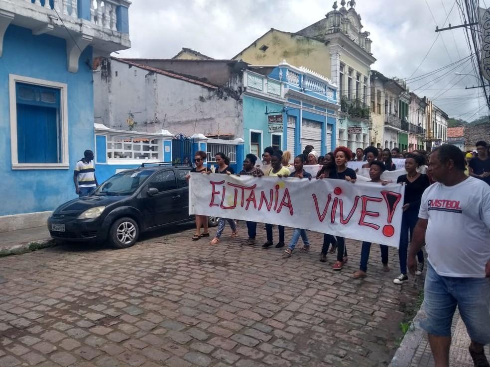 Grupo realizou protesto em Cachoeira pelo assassinato de estudante — Foto: Redes Sociais