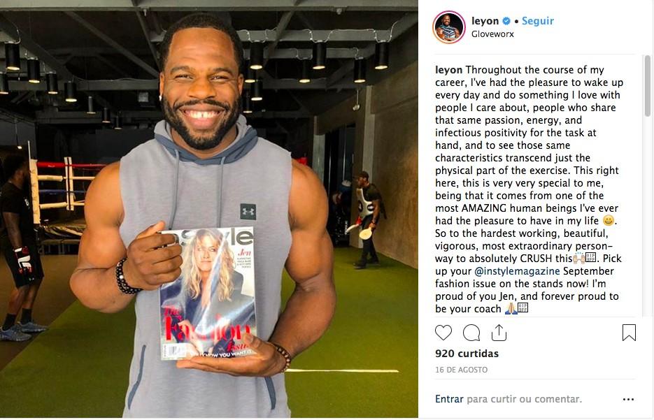 O personal trainer da atriz Jennifer Aniston em uma foto com uma revista com o rosto da celebridade na capa e um texto em homenagem à aluna (Foto: Instagram)