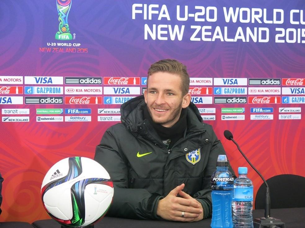 Leo Pereira em entrevista coletiva no Mundial sub-20 de 2015, pela seleção brasileira — Foto: Felipe Schmidt