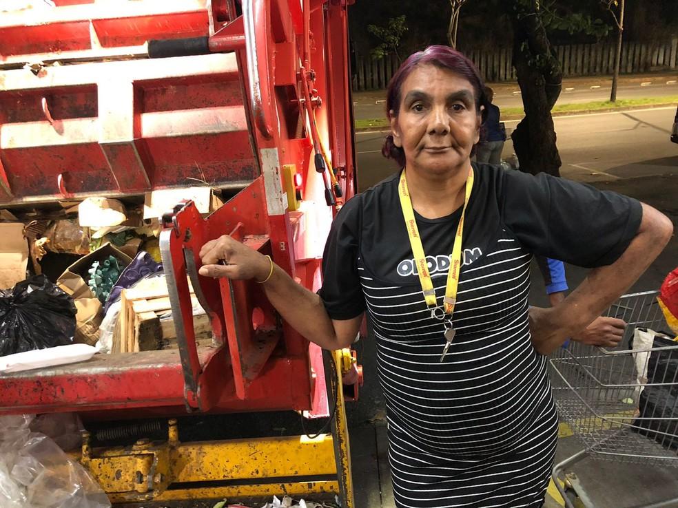 Selma espera pelo caminhão de lixo em busca de frutas e legumes — Foto: Danilo Girundi/TV Globo