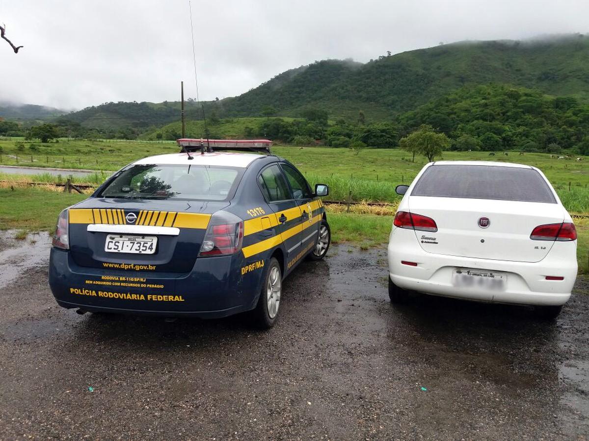 Carro oficial de prefeitura no RJ com R$ 22,5 mil em multas é apreendido em blitz da PRF