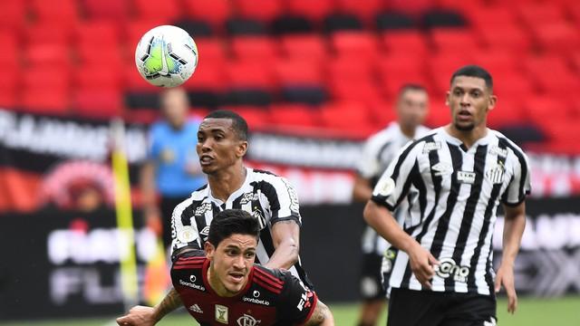 Pedro e Madson brigam pela bola no jogo entre Flamengo e Santos