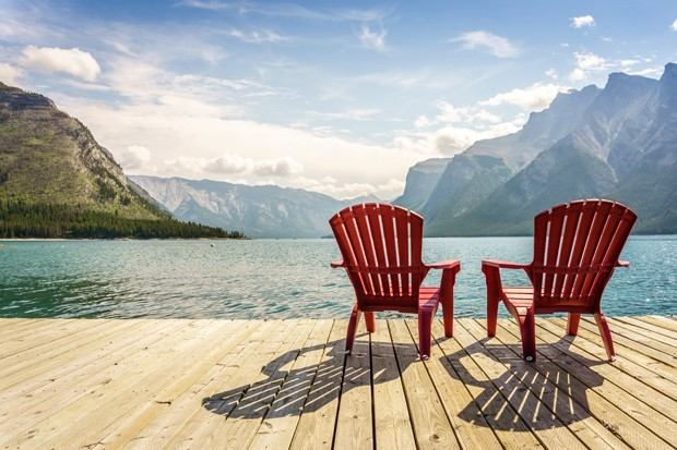 Jetty with chairs by Minnewanka Lake, Banff National Park, Alberta, Canada (Foto: Getty Images/iStockphoto)