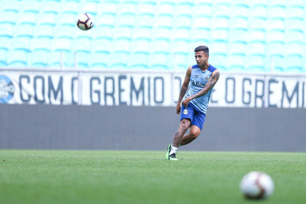 """Matheus Henrique espera seguir trajetória de Everton na Seleção: """"Viajamos 25h juntos para cá. Viemos conversando bastante. O Renato também conversou muito comigo. Disse que confia em mim"""" — Foto: Lucas Uebel/Grêmio"""