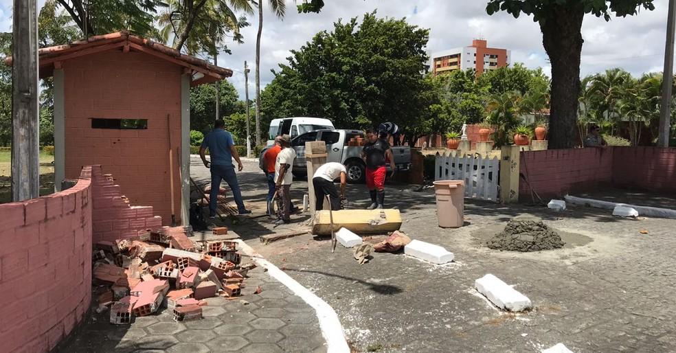 Portão da Granja Santana foi quebrado na noite de quinta-feira (22), em João Pessoa (Foto: Walter Paparazzo/G1)