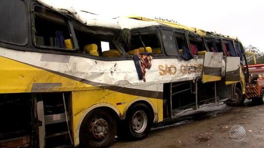 Três pessoas morrem e cerca de 20 ficam feridas após ônibus tombar na Bahia