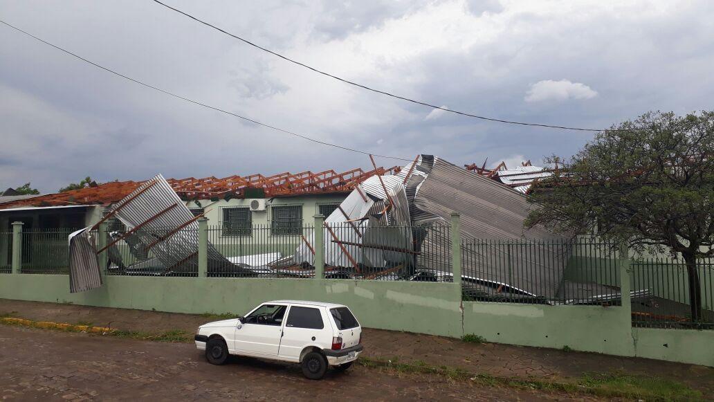 Chega a 700 número de casas destelhadas por temporal em duas cidades do Norte do RS