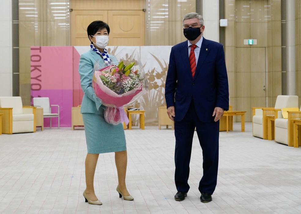 A governadora de Tóquio, Yuriko Koike, e Thomas Bach — Foto: Christopher Jue - Pool/Getty Images
