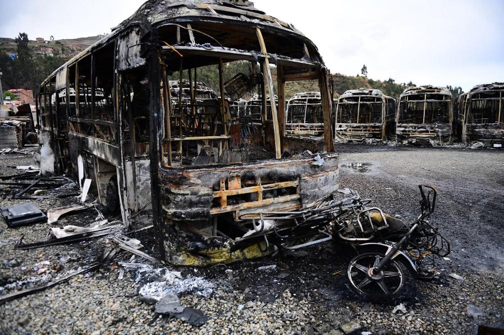 Ônibus queimados durante manifestação em La Paz nesta segunda-feira (11) após renúncia de Evo Morales à Presidência da Bolívia — Foto: Ronaldo Schemidt/AFP