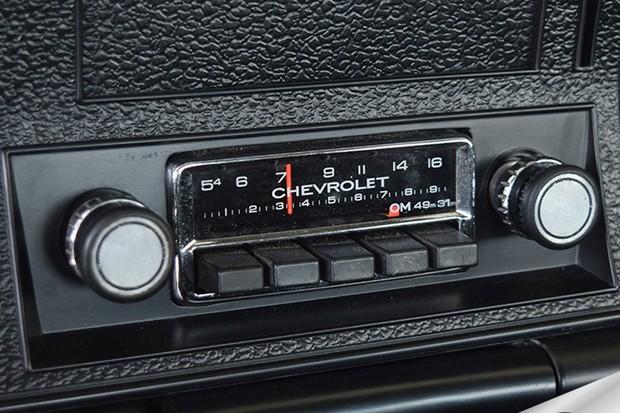 O rádio Chevrolet é original, não esqueça de gravar suas estações (Foto: Reprodução)