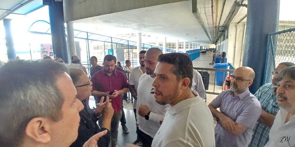 Reitor-geral do Pedro II, Oscar Halac (E, de óculos) conversa com os deputados Daniel Silveira (C) e Rodrigo Amorim — Foto: Reprodução/Redes sociais