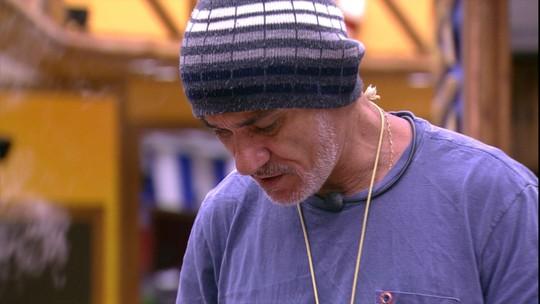 Ayrton desabafa com Paula: 'Bateu uma deprê'