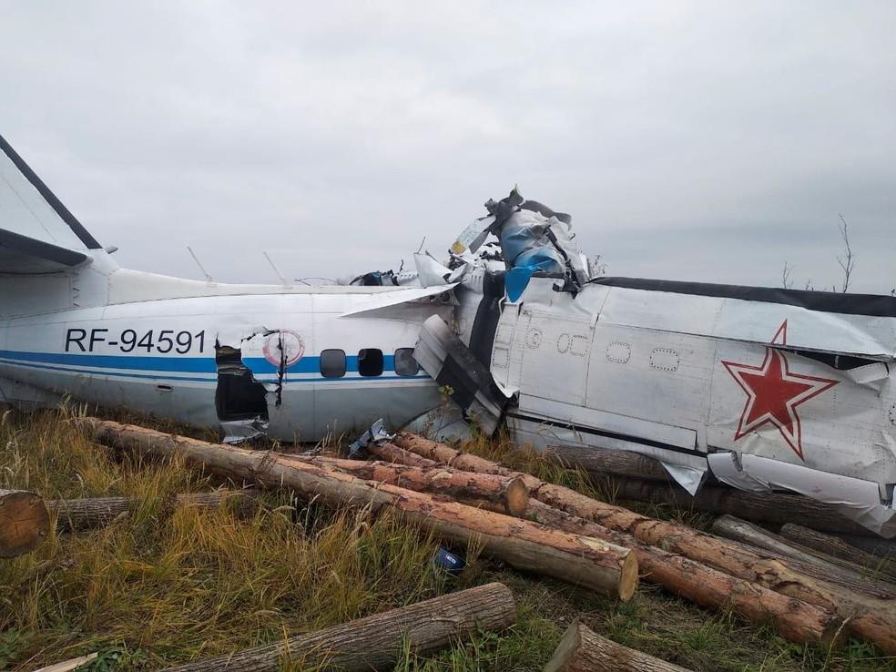Avião cai na cidade de Menzelinsk, na Rússia — Foto: Ministério das Emergências da Rússia/via Reuters