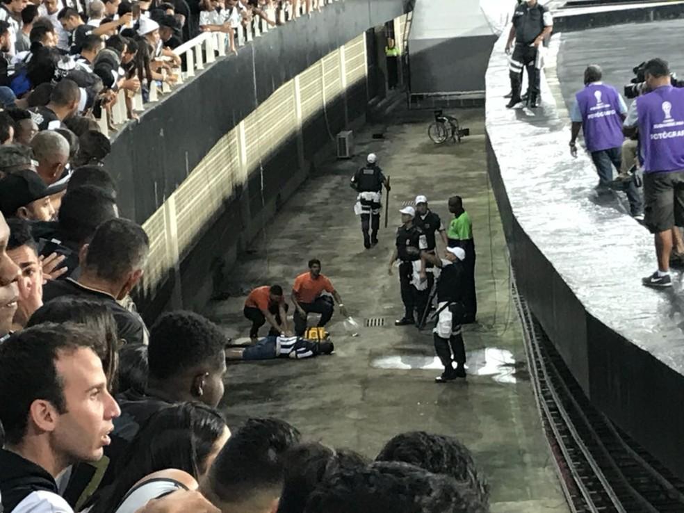 Torcedor do Botafogo recebe atendimento após cair no fosso do Nilton Santos (Foto: Thiago Quintella/GloboEsporte.com)